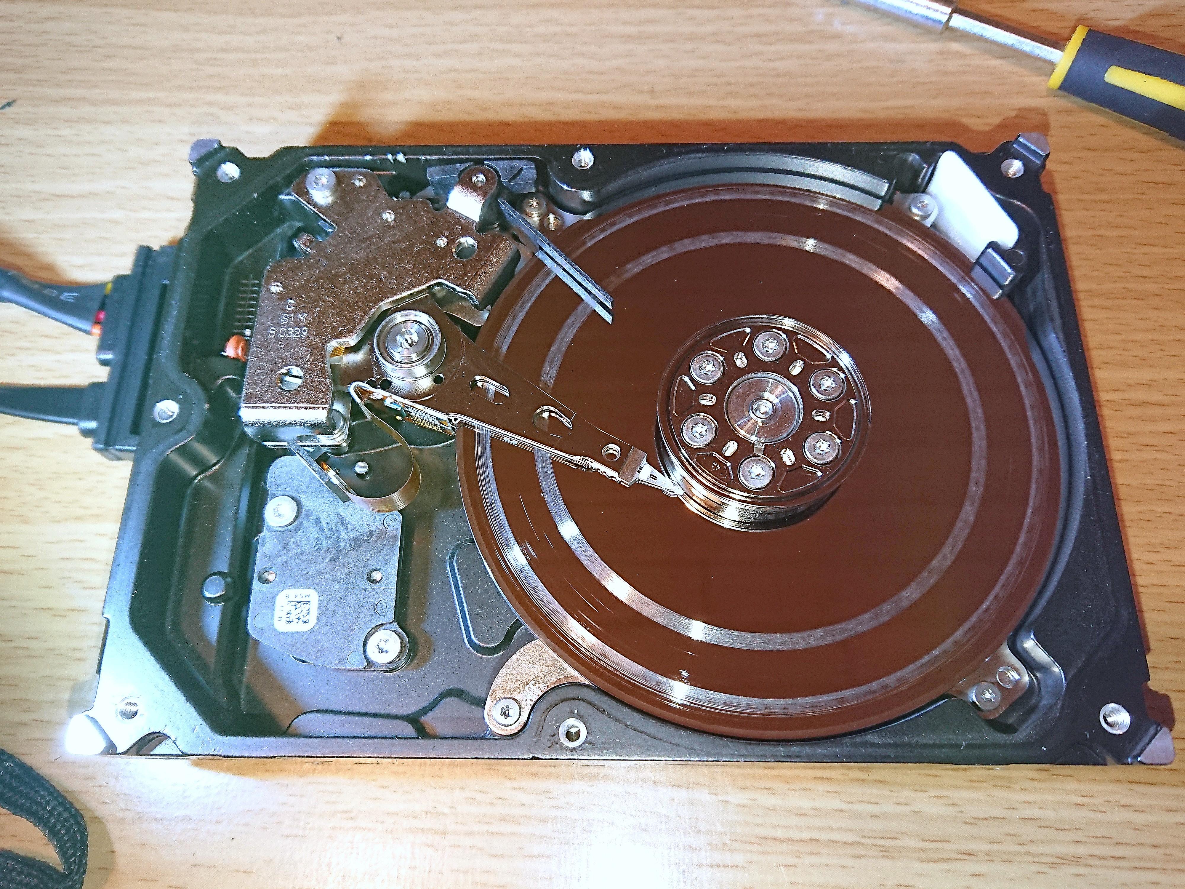 Das kann passieren, wenn man selber versucht die Festplatte ohne Reinraum zu retten - Lassen Sie uns dies machen, wir sind die Spezialisten